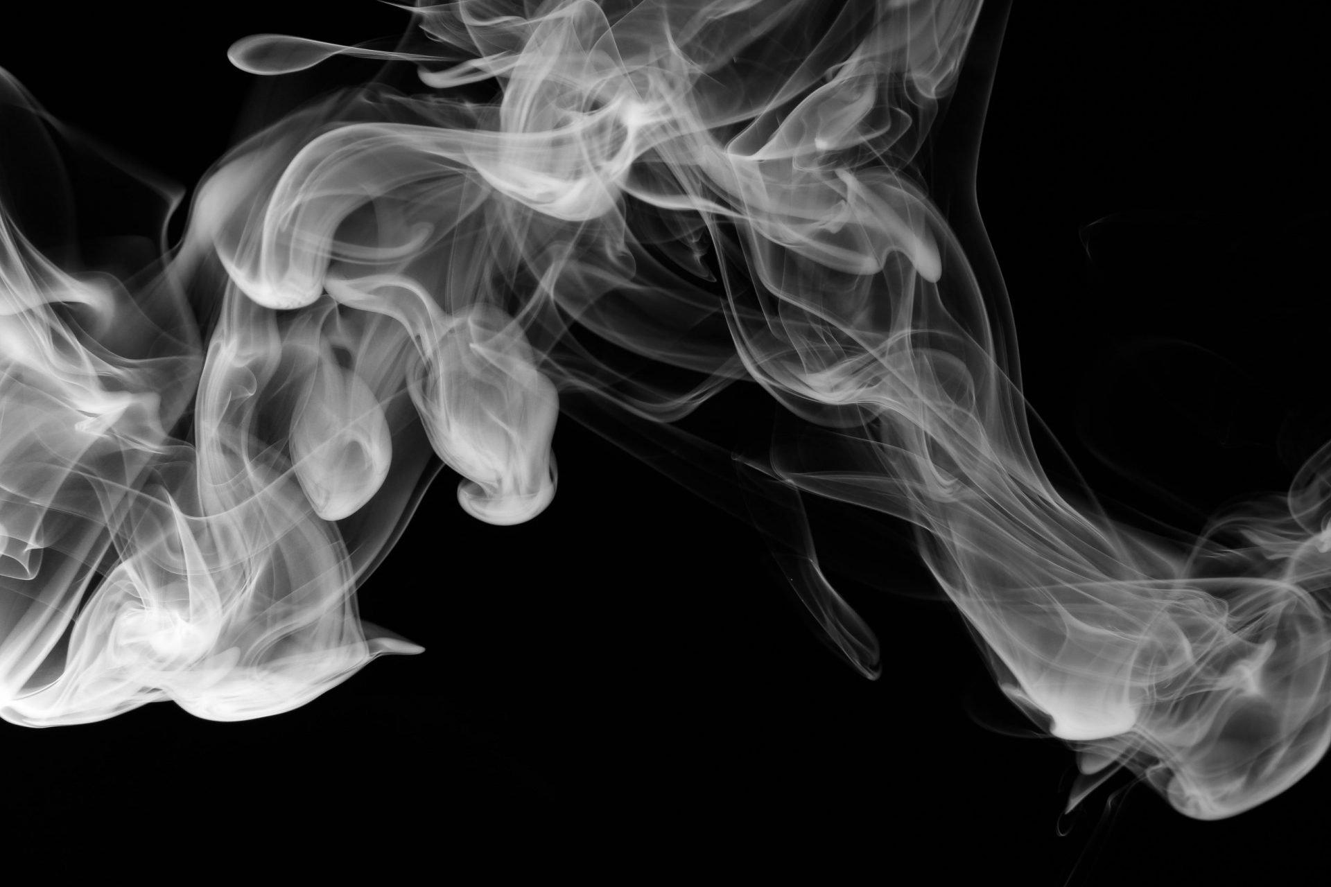 fumo su fondo nero